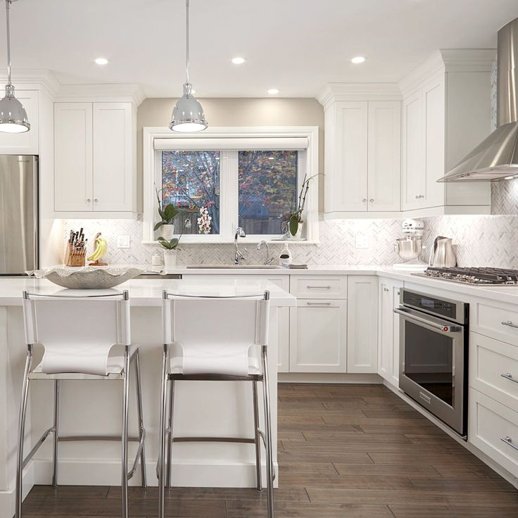 This bright and beautiful transitional style kitchen would not leave any chef indifferent! The white elements of the decoration enhance the cabinets color ! By : Renata, Ontario.