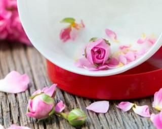 Crème hydratante corps à l'huile essentielle de rose : http://www.fourchette-et-bikini.fr/recettes/recettes-minceur/creme-hydratante-corps-lhuile-essentielle-de-rose.html