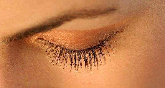 Voor een mooie oogopslag met donkere wimpers kan u uw wimpers laten verven. Dit zorgt ervoor dat u enkele weken lang geen mascara meer hoeft te gebruiken en toch mooi geaccentueerde ogen behoudt.