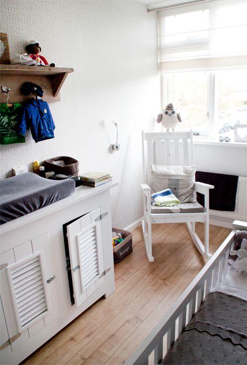 De babykamer van Kaj is een prachtig kamertje met landelijke meubels gecombineerd met speels en origineel behang. Aan de ene wand een stoere steigerhout look en aan de andere kant een zacht, gebreid patroontje.   Deze kamer is de binnenkijker van de maand januari en wint een cadeaubon t.w.v. €25,- te besteden bij PsIkhouvanjou.nl!