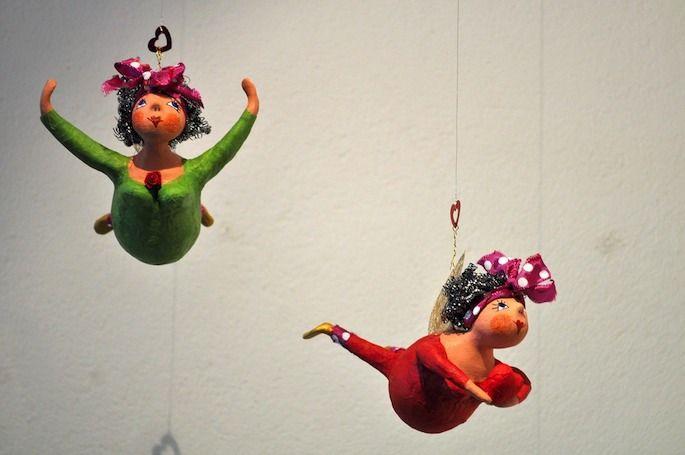 Die lustigen Engel aus Pappmaché bringen sogar Weihnachtsmuffel zum Schmunzeln.