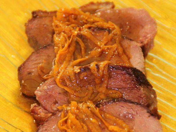 Magret de canard, sauce à l'orange et au pain d'épices : http://www.ptitchef.com/recettes/plat/magret-de-canard-sauce-a-l-orange-et-pain-d-epices-fid-1527733