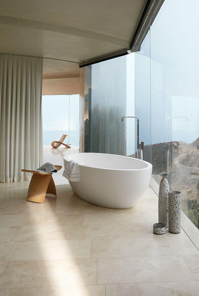 San Diego : Une maison sur la falaise  . Côté salle de bains, tout en surplomb, des céramiques de Josh Herman et un tabouret de Sori Yanagi (Vitra).