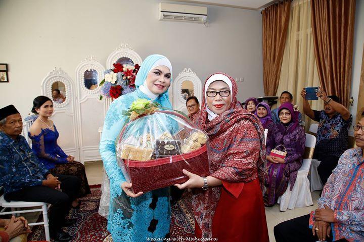 Pada beberapa pernikahan adat di Indonesia, orangtua dan keluarga besarnya, akan saling memberikan buah tangan saat bertandang ke rumah calon mempelai perempuan.