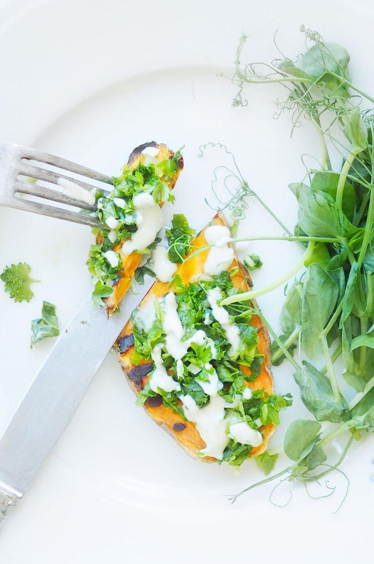 Grilled sweet potato and kale herb salad with tahini dressing from my Rakkaudella, Karita blog. http://blogit.kauneusjaterveys.fi/rakkaudellakarita/grillatut-bataattileivat/