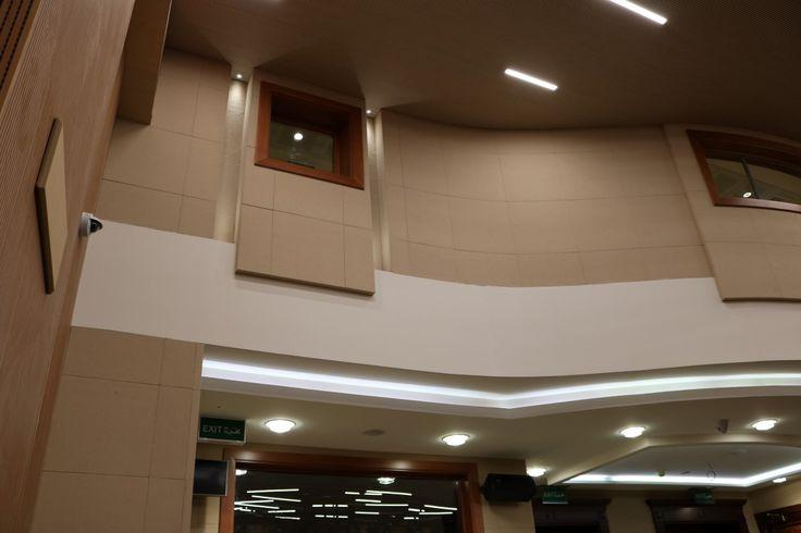 007 Paneles acústicos en el salón de actos Acoustic panels in the auditórium Panneaux acoustiques pour l'auditorium