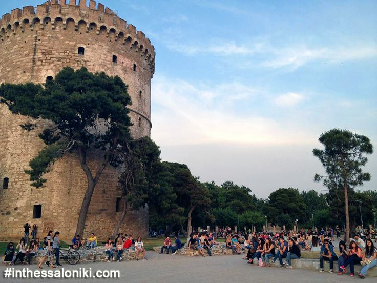 ● The surrounding area of the White Tower at the center of Thessaloniki is a vibrant, full of energy stress free zone!  ● Η περιοχή τριγύρω από τον Λευκό Πύργο σφύζει από ζωή και ενέργεια, ιδιαίτερα κατά τους καλοκαιρινούς μήνες!   ● #thessaloniki #white #tower #museum #greece #macedonia #travel #hellas #grecia #girechenland #grece #grcka #travel #history #museums #lefkos #pyrgos #λευκος #πυργος #θεσσαλονικη #ελλαδα #ελλάς