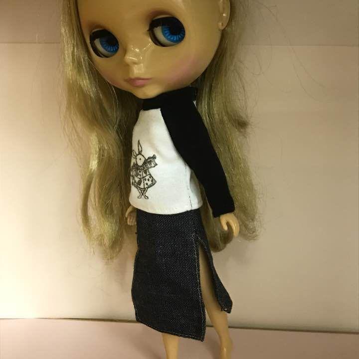 閲覧ありがとうございます。 ブライス用ハンドメイドドレス。 「カットソーとスリットの入ったロングデニムスカート」のセットです。 人形、背景小物等は付属いたしません。 素人の手作りの為、完品をお求めの方は購入をお控えください。 画像に納得の上でご購入ください。 記載以外の発送方法、値引き、取り置き等には対応出来ません。
