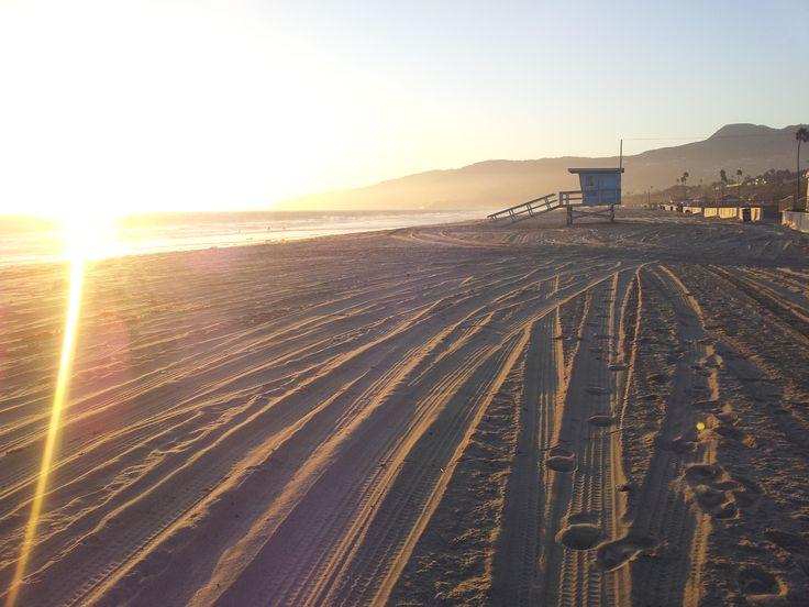 Malibu beach při západu slunce. Za mnou je spousta zlodějských racků chystajících se na další krádež. Banda chechtavá! Jinak tam není nic, jenom plavčíci.