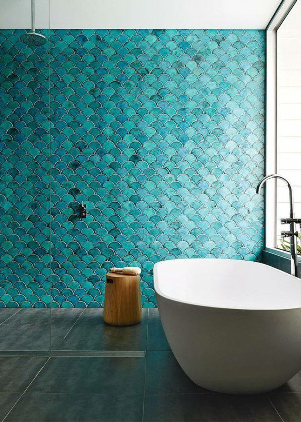 Blue wall on the bathroom / Salle de bain avec le mur bleu en mosaique