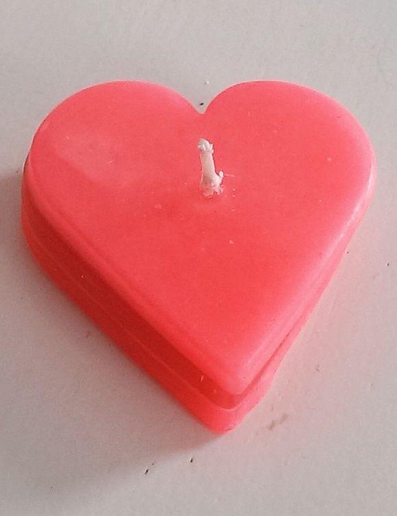 Een kaars van 3 gestapelde harten in roze kleuren. Door de hoogte van circa 1,5 cm past het kaarsje gemakkelijk door de brievenbus.