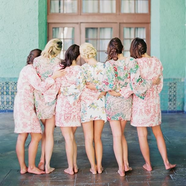 Batas #florales para que en medio de los preparativos tu y tus #damas de honor esten #super #cómodas...  #Bridemaids #Gettingready #bride #Wedding #Floral