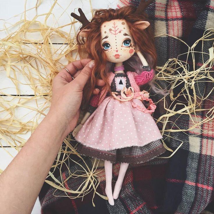Лесная Оленя, ручная🤗 Рост куклы 35 см (не учитывая рожек) Куколка шарнирная(на деревянных бусинах), ручки и ножки сгибаются и она сидит сама👍🏻 Волосы натуральные из мохера козочки, можно расчёсывать и делать причёски. Они мягкие и шелковистые☺️ Одежда у куклы съемная, куколка в колготиках.  Можно сшить или связать доп. наряды самим, а можно заказать у меня. Стоимость девочки 5500₽ + почтовые расходы, если вы не из Петербурга :) О желании приобрести малышку можете написать в комментариях…