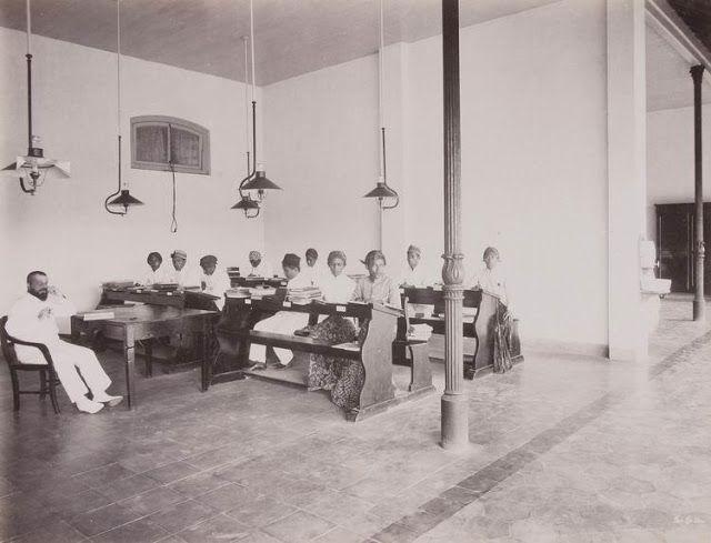 Direktur H.F. Roll dengan siswa di ruang kelas terbuka dari Sekolah Dokter Djawa (Medical School) Hospitaalweg di Batavia - 1902 (Bimbim Blues DDS: April 2011)