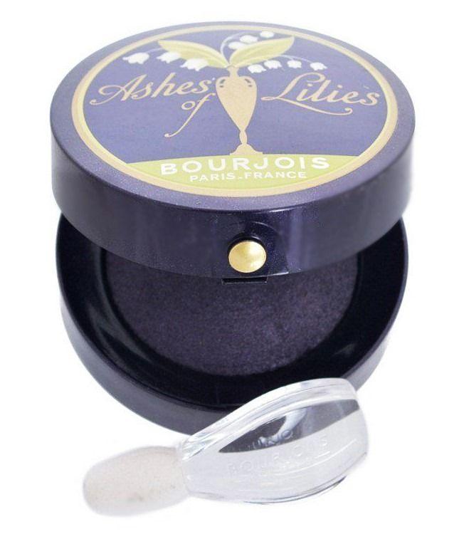 Η Little Round Pot Eyeshadow Ashes of Lilies, είναι η συλλεκτική σκιά ματιών της Bourjois από την Vintage Collection συλλογή! Χάρη στη μοναδική baked φόρμουλά της, χαρίζει έντονο χρώμα, με βελούδινη υφή, που σας επιτρέπει να κάνετε άψογο blending. Σέβεται την ευαίσθητη περιοχή των ματιών, χάρη