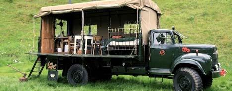 Scozia: arriva il camion-hotel - Parquet tudor sul pavimento e mobilio d'epoca accolgono i clienti a bordo di questo veicolo anticendio trasformato in una camera d'albergo.