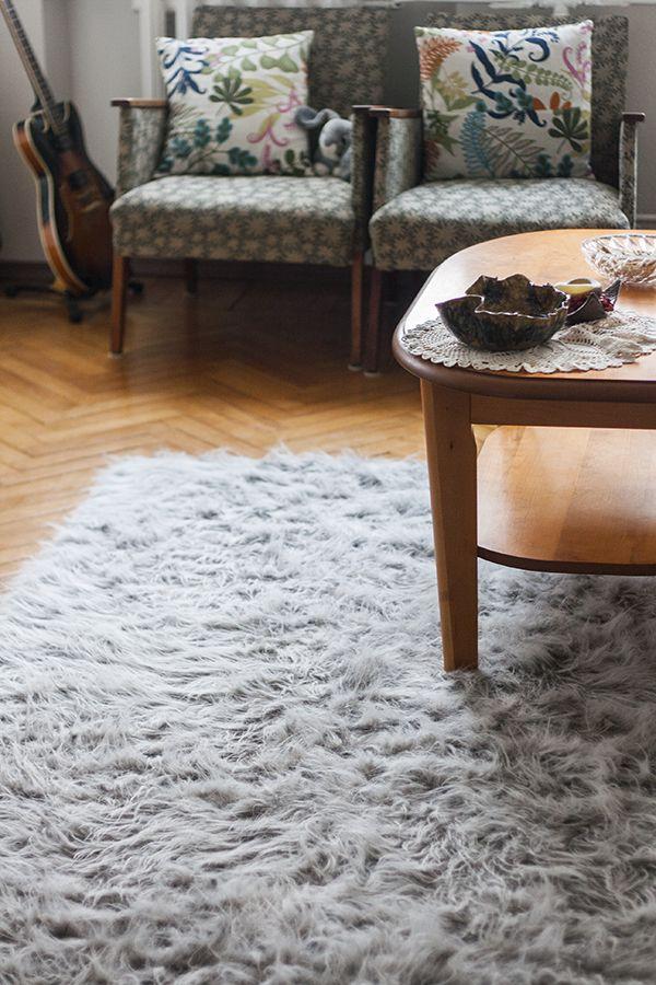 Seguimos con las manualidades de piel sintética, es que realmente nos encanta. Por eso hoy les preparamos una preciosa alfombra para decorar cualquier dormitorio ya que la piel sintética queda preciosa este donde este. Tambien puede ser un lindo detalle para regalar a cualquier familiar o a cualquier amigo. Sigue leyendo esta manualidad para aprender Como hacer una alfombra de piel sintética  http://www.todomanualidades.net/2015/06/como-hacer-una-alfombra-de-piel-sintetica/