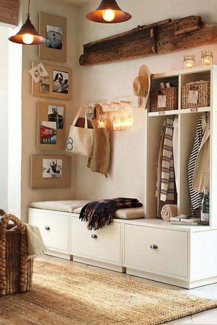 Peinture couloir étroit. Eclairage. Un petit tapis. Des vêtements suspendus.