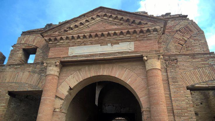 Dit is een oud pakhuis in Ostia Antica. Omdat Ostia vroeger een havenstad was stonden er meerdere van dit soort pakhuizen, die dienden als opslag voor de verscheepte goederen.
