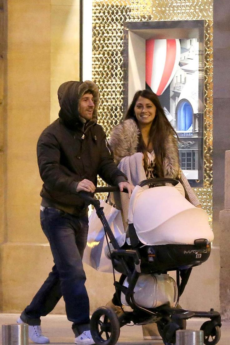 Messi and Antonella Roccuzzo walking in the streets of Barcelona with their son Thiago and looking happy