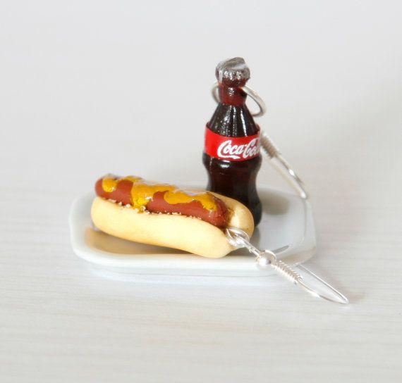 Hot dog y Coca comida chatarra pendientes con mostaza