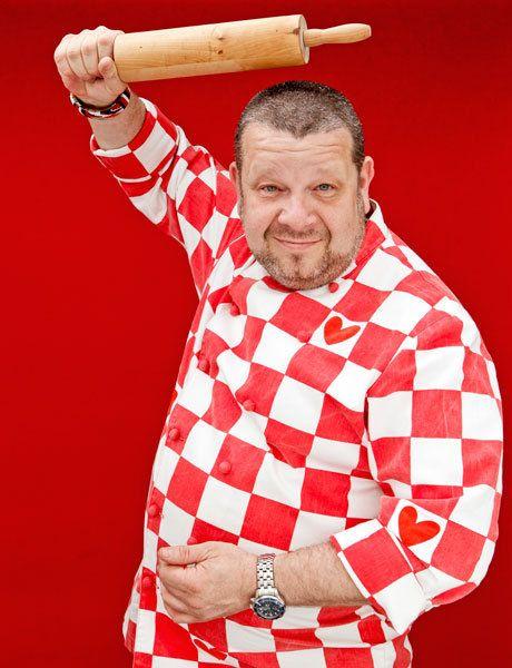 Alberto chicote con su chaquetilla de cocina a cuadros rojos con corazones