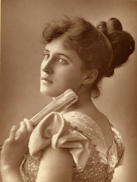 I so very much want the outfit Victorian stage actress Evelyn Millard is wearing in this photo to wear the next time I go to the opera. #actress #Evelyn_Millard #Victorian #19th_century #1800s #photograph #antique #vintage #woman