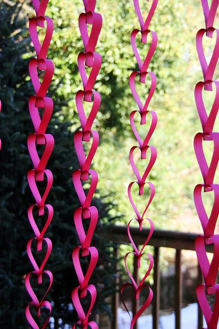 Seriously cute & easy, too. Easy enough for my elementary-age child. Great for Valentines Day, as a counter-down chain until a happy event, as decor for a birthday party, or just because. Well written short tutorial.  heart valentine paper chain DIY by becksorange