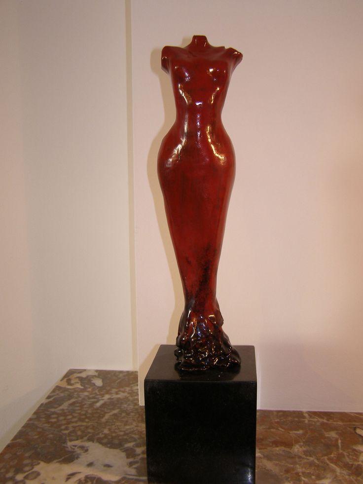 Vrouwenbeeld,handvorm grove chamotte (0,0-2,0 mm), rood en zwart glazuur, inclusief granieten sokkel, VERKOCHT.