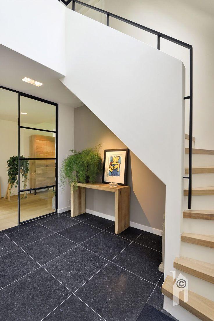 Landhuis. Mooie trap. Om het huis lichter te maken werd er een glazen muurdeel geplaatst!