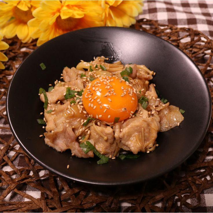 「レンジで簡単!すき焼き風うどん」の作り方を簡単で分かりやすい料理動画で紹介しています。レンチンだけであっという間に驚くほど簡単に出来る、すき焼き風うどんです! 時間が無いけど、ガッツリ食べたい!という方にもってこいのレシピです。 お肉の旨みがうどんに染みてたまりません! 後乗せの卵黄をトロリとかきまぜて、温かい内にお召し上がり下さいね。