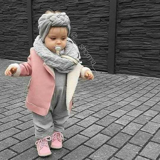 Baby Mädchen schauen