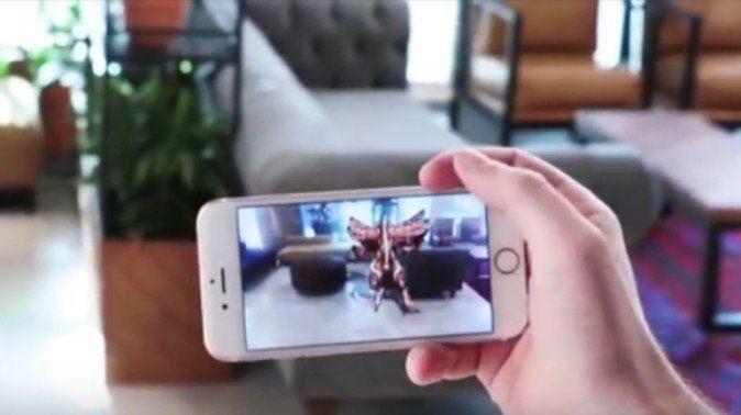 """新しいメディアが登場すると、新たな広告形態が現れます。VRに続いてARを使ったスマートフォン向け広告が登場しました。このAR広告を始めたのはイスラエルのマーケティング/広告企業であるIronSourceです。同社は、スマホゲーム用のAR広告を発表しました。 モバイルゲーム用のAR広告 同社はスマホARを用いてユーザーが""""触れ合える""""新しい広告を開発しています。広告のデザインや開発はIronSourceの社内スタジオであるPlayworks Studioが担当、同スタジオではゲームを用いた広告開発を専門に行なっています。 IronSourceの主任デザインオフィサーであるダン・グリーンバーグ氏によると、「広告は社内で制作し、クライアントから得た3D素材を用いていいます。制作には社内のグラフィックデザイナー、アニメーター、プログラマー、ゲームデザイナーやデータサイエンティストらが関わる」とのことで、「(IronSourceは)AR広告を配信する最初の企業として特異な位置にいる」と語っています。 インタラクティブ性を重視した広告 同社が開発するモバイルAR広告の例として、次の..."""
