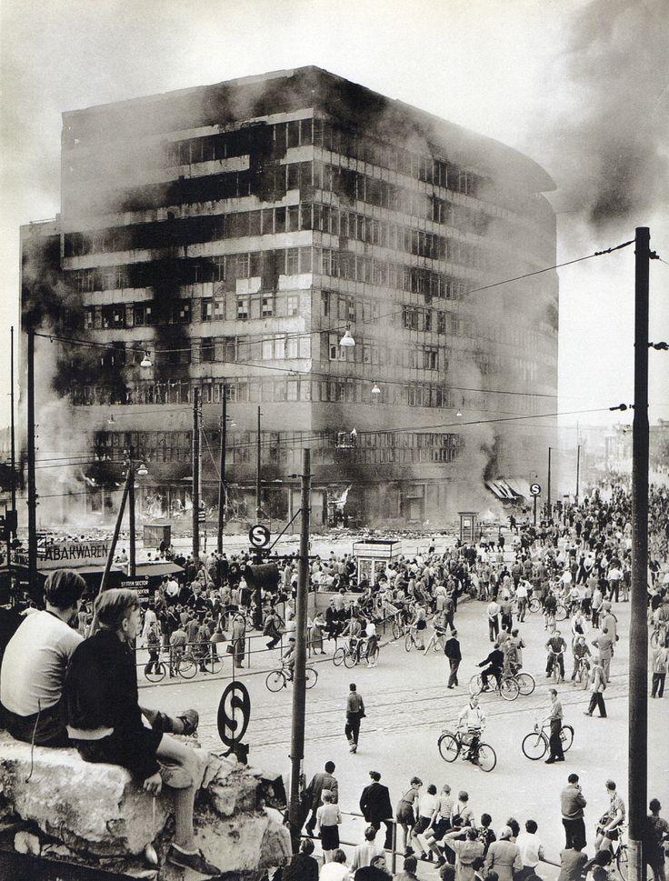 Berlin,Potsdamer Platz 17 Juni 1953, Columbus Haus in Flammen. Fotograf unbekannt.