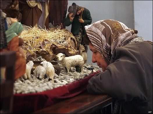 народные приметы в этот день Уже завтра католики во всем мире отметят один из самых значимых праздников в году – Рождество Христово. В этот день принято собираться всей семьей, дарить друг друга подарки и приглашать в гости родственников. Рождество у католиков &