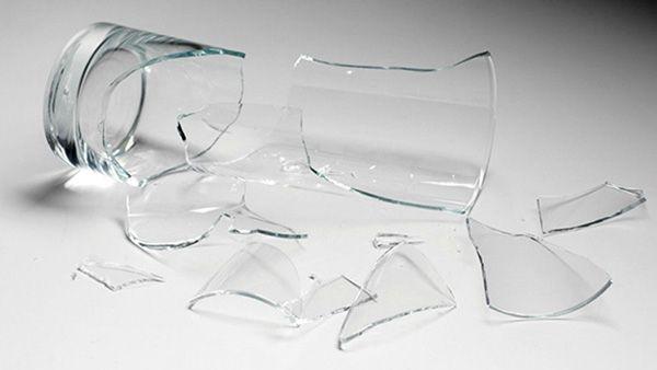 Ο πιο Γρήγορος Τρόπος για να Μαζέψετε τα Σπασμένα Γυαλιά από το Πάτωμα