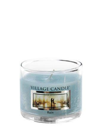 Rain Village  Candle  Mini Jar  Village Candle  Rain Mini Jar :  Een verfrissende en romantische mix van frisse lucht en de regendruppels van een verse aprilbui op verse bloemen. Deze geur bevat noten van verse regen, bergamot, lelie en amber. Goed om elke ruimte in uw huis op te frissen.
