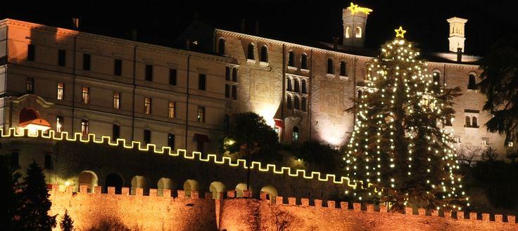 Acceso l'albero di #CastelBrando, il più alto albero vivente del #Veneto, ora è davvero #Natale! http://bit.ly/1FqI05L Turn on the lights for the Christmas tree of CastelBrando, now it's #Christmas!