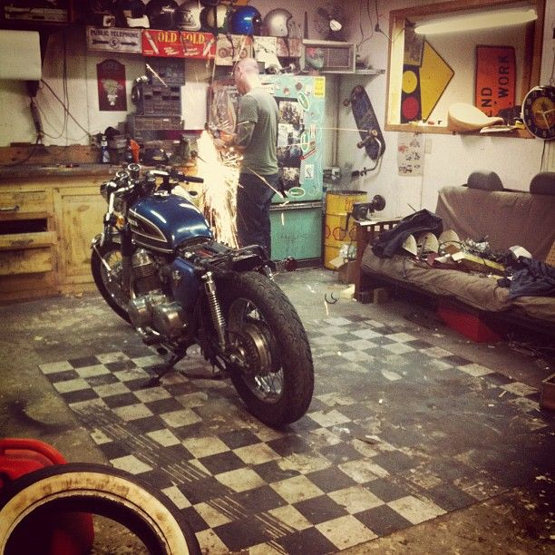 25 best ideas about motorcycle garage on pinterest motorcycle gear store casco store and. Black Bedroom Furniture Sets. Home Design Ideas