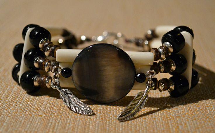 Bracciale Nativo Americano con Air Pipe Beads in Osso, Perle in Vetro Nero fatte a mano, Elemento Centrale in Madreperla e Piume in Argento Tibetano