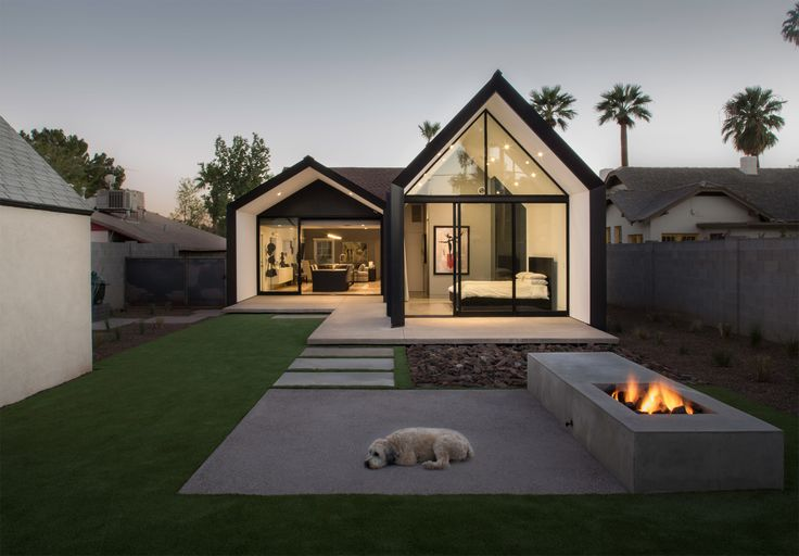 Minimalistische extensie aan jaren dertig woning in Phoenix Arizona. Chen + Suchart creates a gabled addition clad in metal for an historic Arizona home