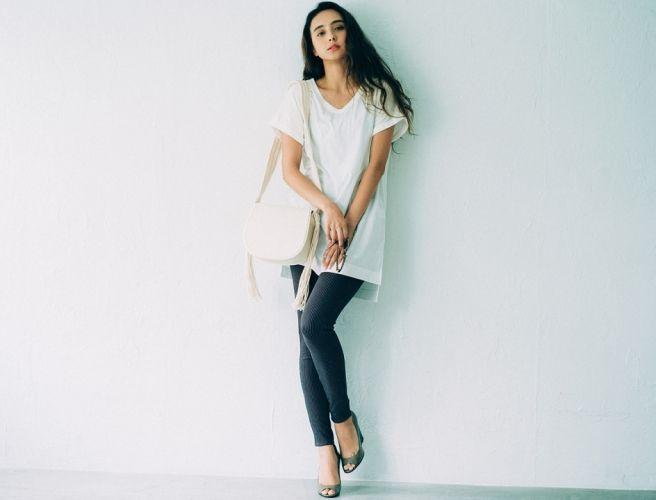 涼しげで今っぽい、夏スタイルに欠かせない〝白〟。ベーシックなカラーだからこそ、ひとワザ加えるだけでこなれ感もぐっとアップ!アイテム選びで、着こなし方で〝白〟をもっと素敵に見せるスタイリングを紹介します。—White Style 01ワントーンコーデは素材感で今っぽく味付け大人顔プリーツスカートも、この夏は白を選んで涼しげに着こなすのが正解。トップスはトレンドのリブ素材Tシャツでコンパクトにまとめて...
