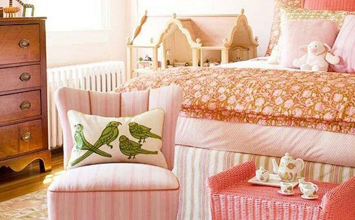 Уютная и тёплая спальня лососевого цвета