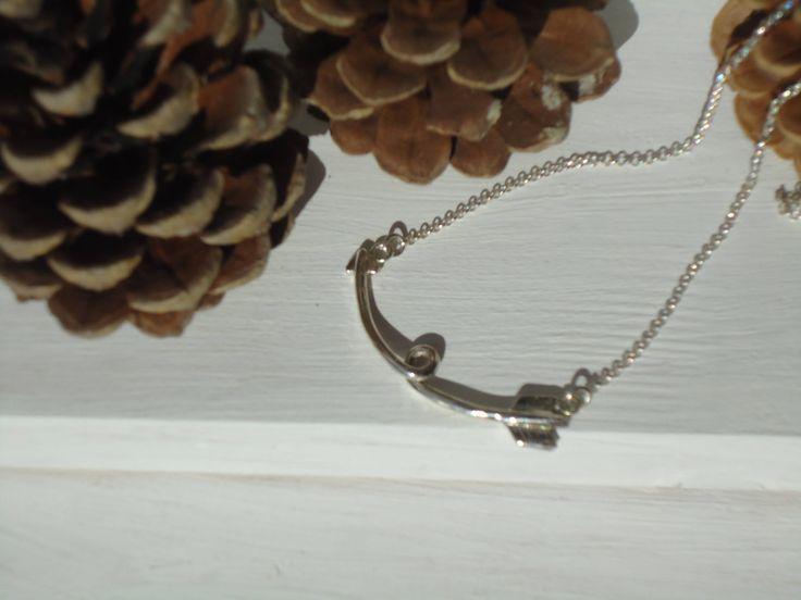 san valentino,freccia,idea regalo,girocollo essenziale,mininal,sport,collana freccia,argento,regalo per lei,collana donna,regalo di Primordi su Etsy