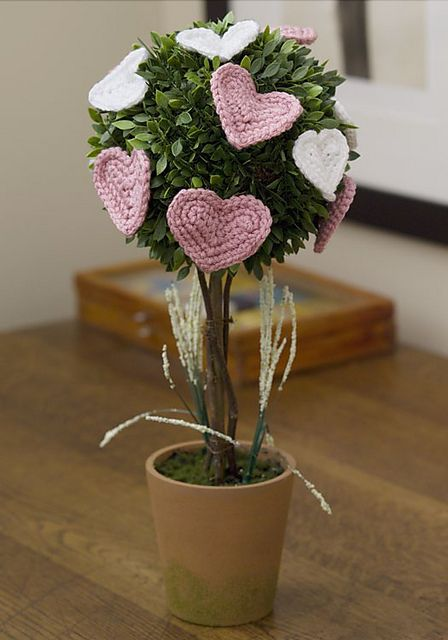 Free pattern  Ravelry: Affaire of the Heart Topiary pattern by Linda Cyr