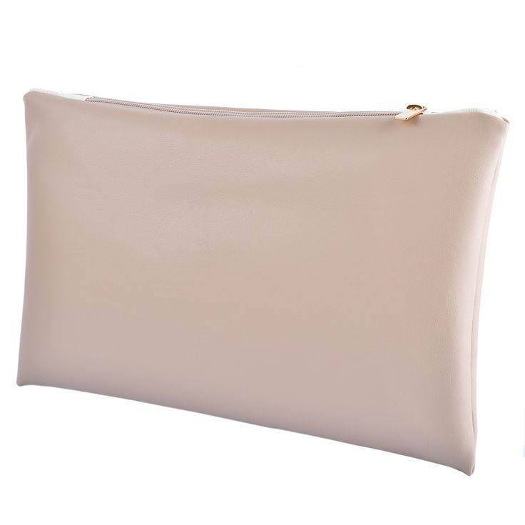 Morbida e confortevole, la pochette Cream Seal in ecopelle e interni in cotone è un accessorio originale e facile da abbinare. Acquista online i prodotti di Land and Sea su STORE.GRIFFALIA.COM | #bag #pochette #Cotton #Leather #madeinitaly #style #griffalia #fashion #eccellenzeitaliane