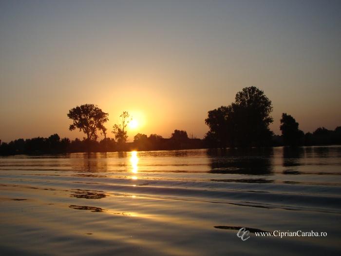 Rasarit de Soare in Delta Dunarii - unul dintre motivele pentru care iubesc sa calatoresc. Puteti gasi numeroase oferte pentru tururi in Delta, in orasul Tulcea. Mai multe informatii la http://www.cipriancaraba.ro/tulcea-poarta-spre-delta/