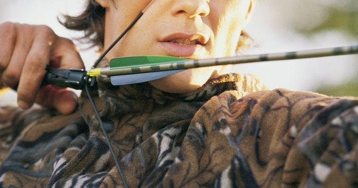 Como amarrar um peep sight em sua corda de arco. O peep sight é um buraco redondo usado para mirar um arco e flecha. A mira está ligada diretamente à corda do arco, criando um estreito campo de visão para se concentrar na área de tiro. Amarrar o peep sight na corda é um processo fácil, mas ele deve ser devidamente alinhado nela, de acordo com o arqueiro individual. Colocá-lo muito alto ou muito ...