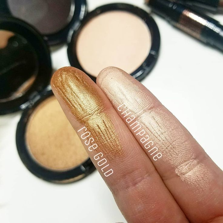 Ready to get glowing? I am 🙌😍 look at these stunning powder highlights 💖 Rose gold,  in my opinion, I would think it  would be perfect for medium to dark skin tones or bronzed summer skin. Champagne is more light  flesh toned with some pink in there. I'm in love with both 😍  What shade are you eyeing? #avoninsider #avon #brilliantlyavon #highlight #slave2makeup #ilovemakeup #wakeupandmakeup #bblogger #muaunderdogs #discoverunder100k #like4like #l4l #avonmex