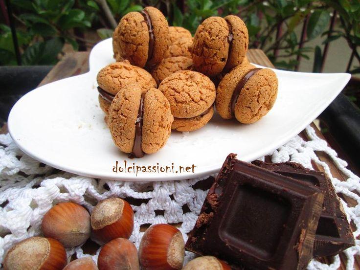 I Baci di Dama sono dei friabili biscotti al burroripieni da uno strato di cioccolato che rende ancora più golosa la dolce frolla alle nocciole. Idealiper l'ora del tè, ma anche da affiancare al caffè per una dolce pausa!
